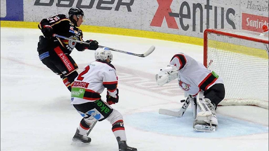 Luleå Hockeys Emil Sylvegård skjuter mot Malmö.
