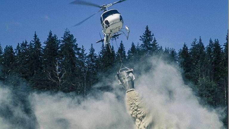 helikopter fäller kalk