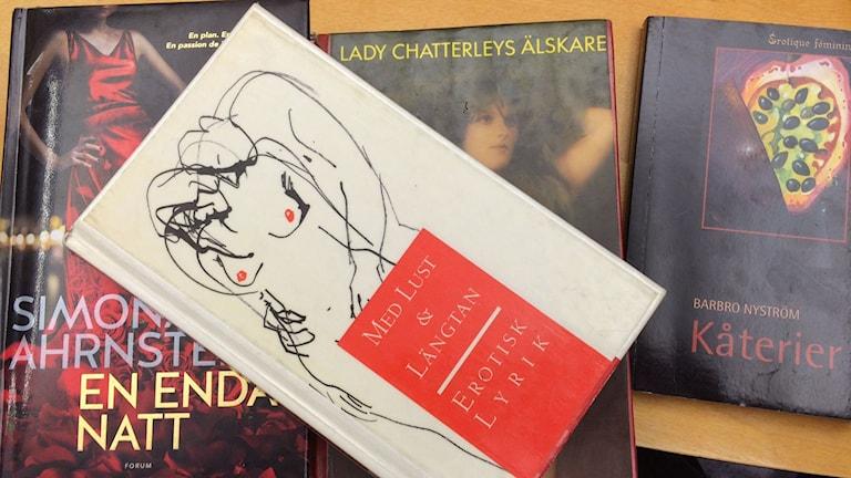 Fyra erotiska böcker man kan hitta på biblioteket. Foto. Tova Nilsson/Sveriges Radio