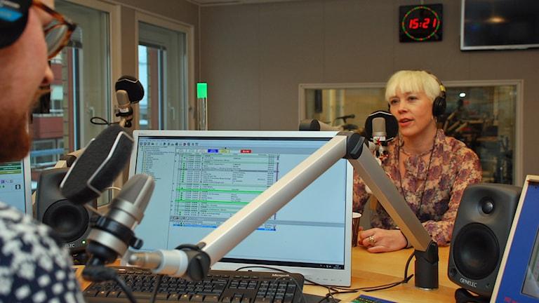 Ella Jonsson intervjuas av Marcus Nilsson i P4-studion.