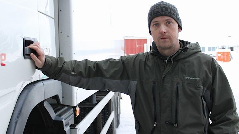 Lastbilschauffören Daniel Hjelm i Kiruna tycker att väg E10 är farlig att färdas på.