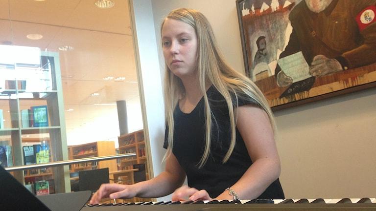 Annica Ericsson från Antnässkolan spelar piano