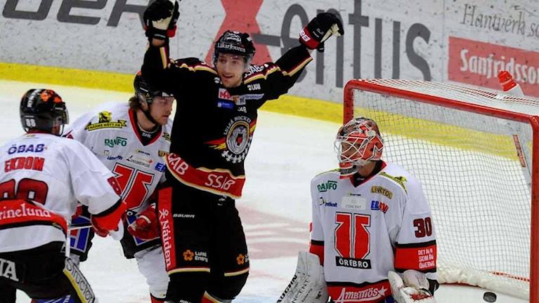Luleå Hockeys Anton Hedman jublar efter mål mot mot Örebro.