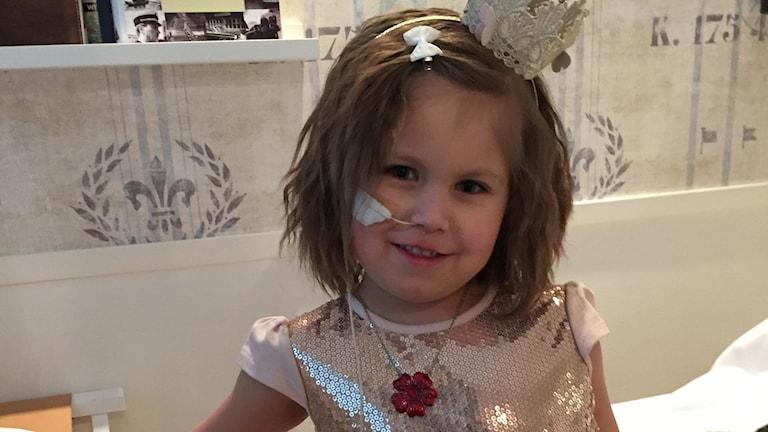Mira Nordin, 5 år, uppklädd till fest på slottet.