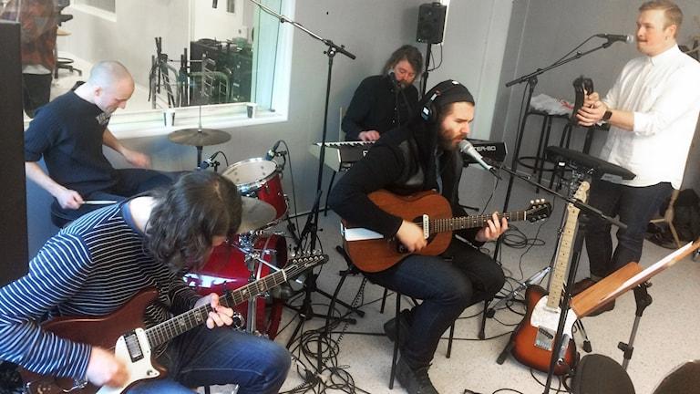 Haartland spelar live i P4-studion.