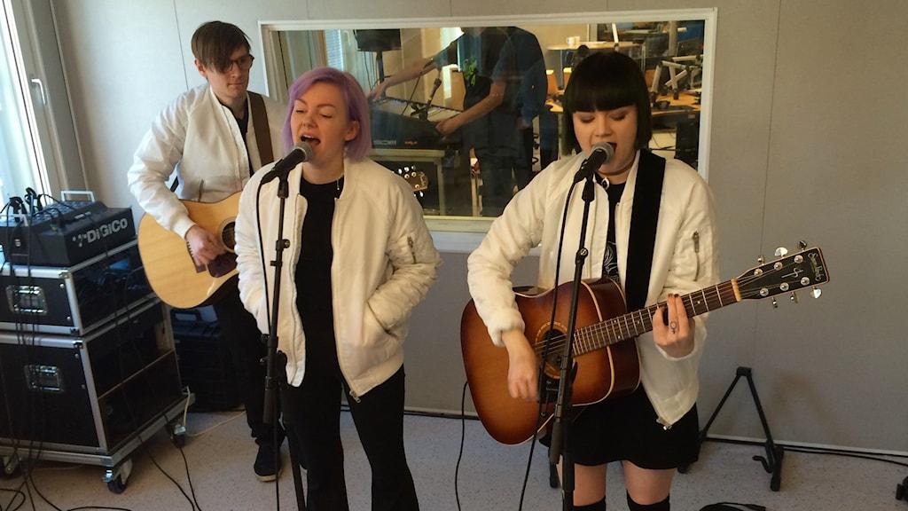 The Magnettes spelar i P4 Norrbotten. Gruppen består av Rebecka Digervall, Sanna Kalla och Tomas Bäcklund Thuneström.