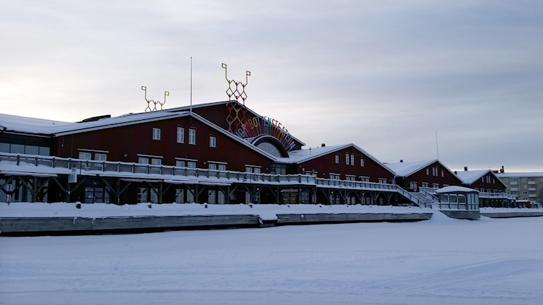 Norrbottensteatern i Luleå sedd från isbanan i norra hamn.
