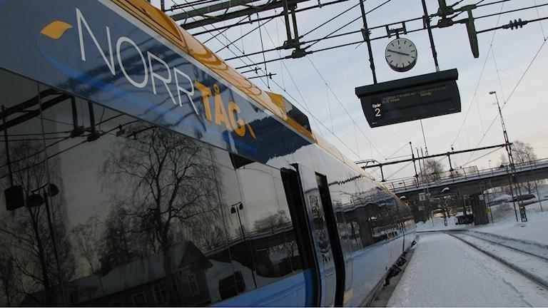 Norrtåg på station.