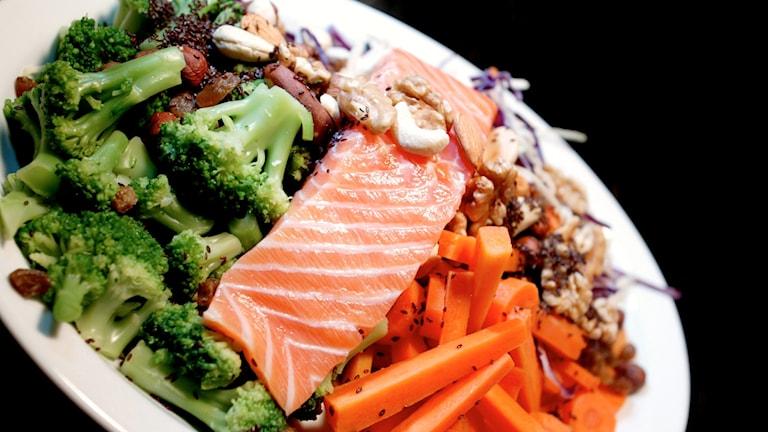 Lax med grönsaker och bönor.