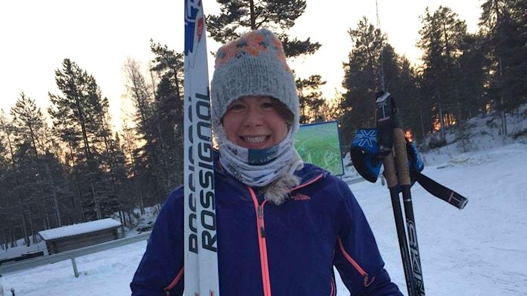 Paulina Trense med skidor och stavar i händerna.
