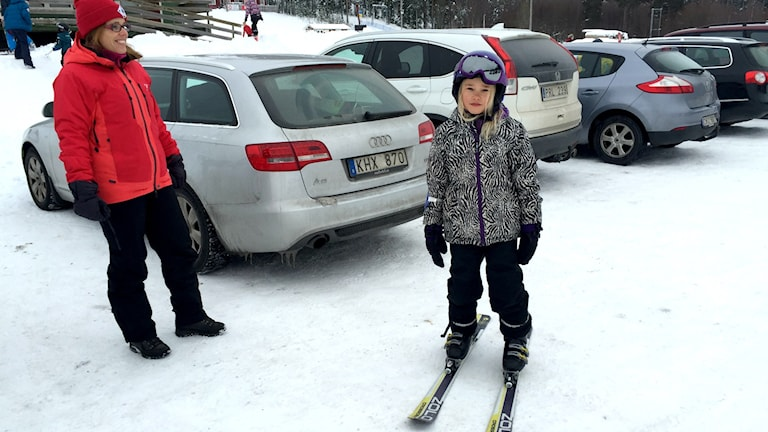 Julia Kankanranta åker skidor i Måttsund med mamma Ulla-Britt. Hon är inte positiv till mera matematik.