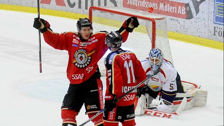 Luleå Hockeys Emil Sylwegård och Jacon Micflikier jublar efter mål mot mot Djurgården.