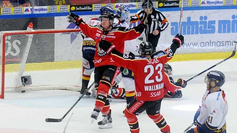 Luleå Hockeys Lennart Petrell jublar efter mål mot Djurgården.