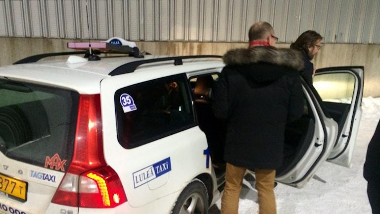 Luleås kommunalråd Niklas Nordström och Peter Forsberg lämnar hockeyn i taxi.