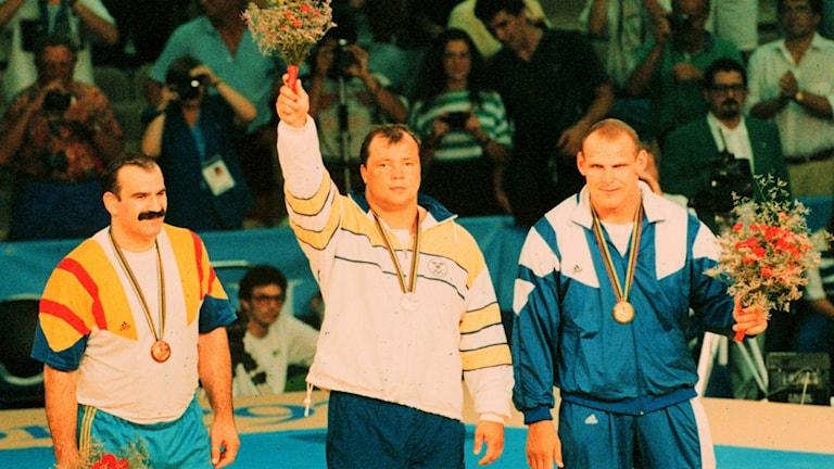 Tungviktsbrottaren Thomas Johansson med silvermedaljen i sommar-OS i Barcelona 1992. Till höger guldmedaljören Alexander Karelin.