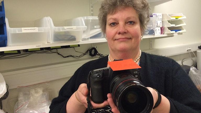 Yvonne Nordström visar upp en systemkamera som ska skickas till ägaren i Hongkong. Foto: Tova Nilsson
