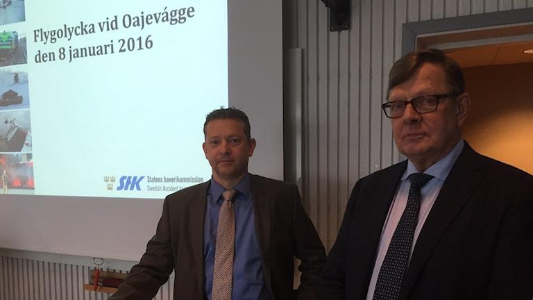 Jonas Bäckstrand, utredningsordförande Statens haverikommission, tillsammans med utredningsledaren Nicolas Seger.