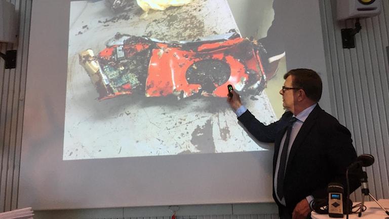 Statens haverikommissions utredningsledare Nicolas Seger visar den svarta lådan.