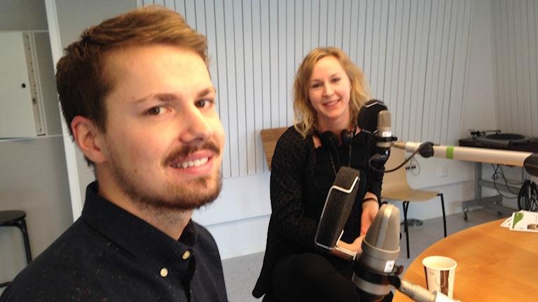 Man och kvinna i radiostudio.