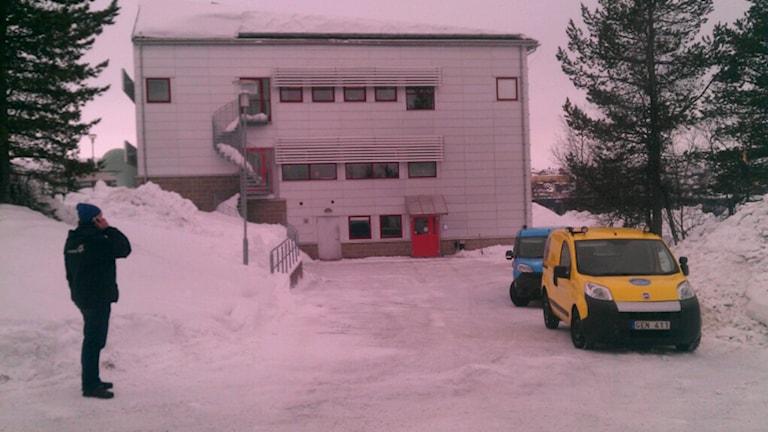 Lugnt utanför byggnaden i Kiruna varifrån pulverlarmet kom.
