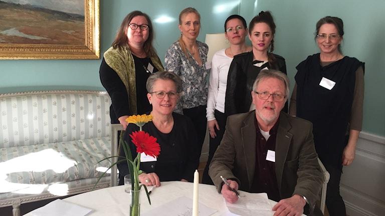 Några av de 17 norrbottniska konstnärer som samlats i Residenset för att presentera sina verk. Foto: Johanna Hövenmark/ Sveriges Radio