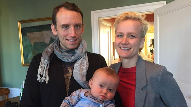 Tomas och Anja Örn tillsammans med lille Mika. Foto: Johanna Hövenmark/Sveriges Radio