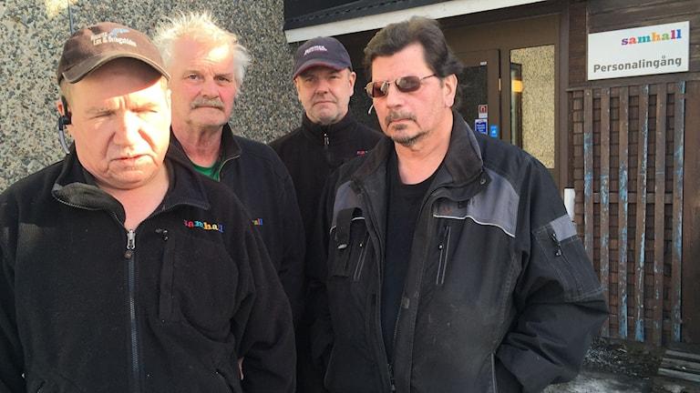 De anställda Jan Larsson, Kjell Johansson, Jonas Jonsson och Bengt Karlsson upprörs över beskedet. Foto: Johanna Hövenmark/ Sveriges Radio