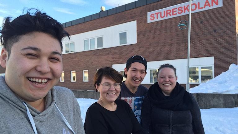 Mohsen Kazemi och Hussain Shukori tillsammans med lärarna Jenny Bergström och Jenny Bergström.