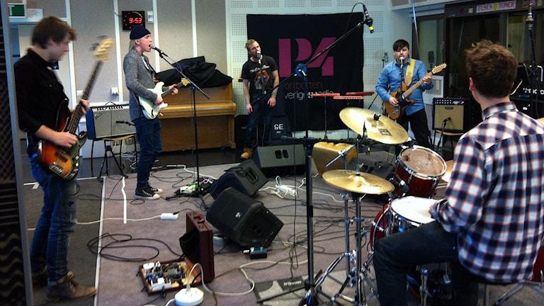 Bandet One man short spelar live i P4.