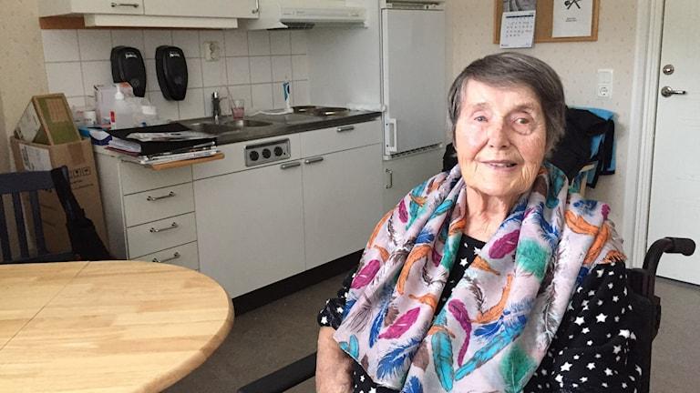 Birgit Ahlström sitter i ett tillfälligt rum på ett äldreboende.