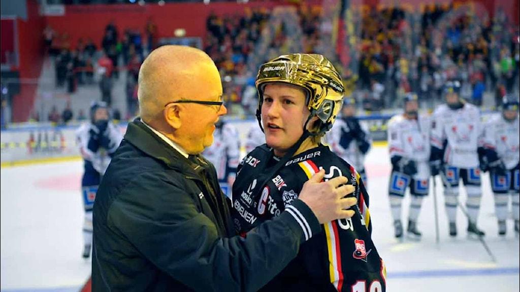 Luleå Hockey/MSSK:s Emma Eliasson i guldhjälm med förbundskaptenen Leif Boork.