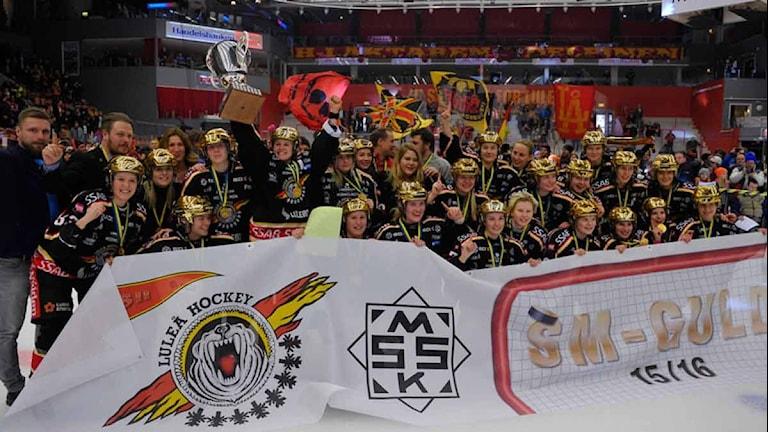 Luleå Hockey/MSSK med guldhjälmar och banderoll efter SM-guldet.