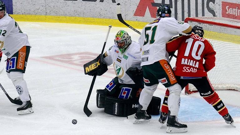 Färjestads målvakt Justin Pogge räddar mot Luleå Hockey
