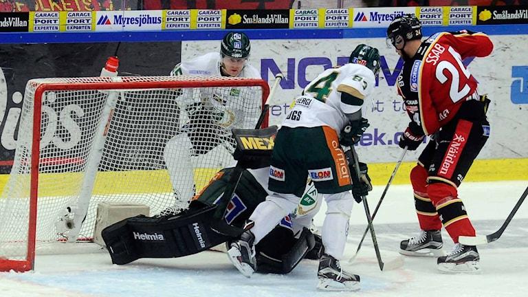 Luleå Hockeys Johan Harju framför Färjestads mål.