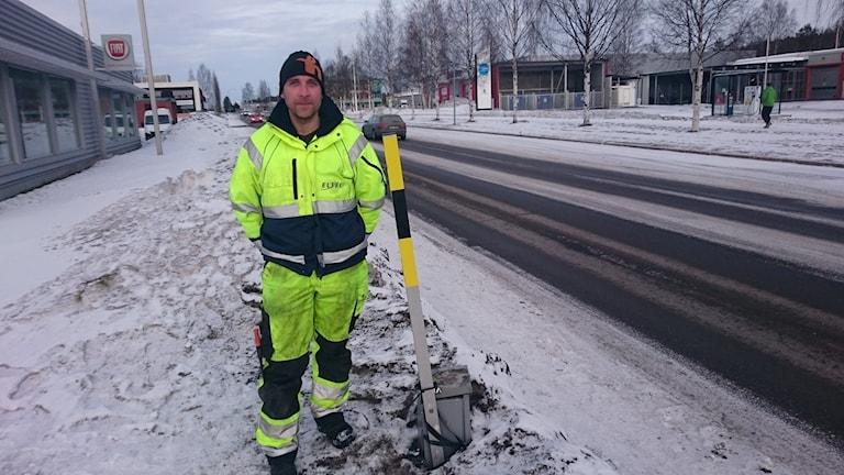 Det var ett elföretag som tejpat upp tuben på elskåpet vid Midgårdsvägen i Luleå för att utföra ett jobb.