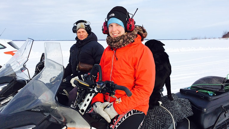 Jakob Nygård och Mirja Palo på snöskoter.