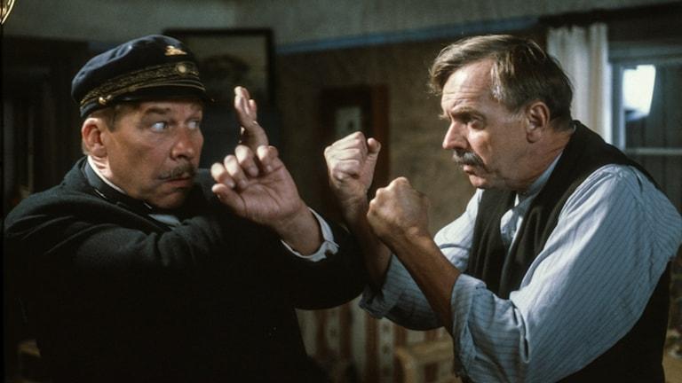 Skådespelarna Tommy Johnson som fjärdingsman Rapp, och Jan-Olof Strandberg, som hemmansägaren Magni, i tv-teatern Marknadsafton från 1982.