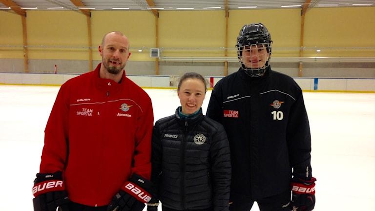 Konståkaren Clara Callne har under våren inspirerat J20:s tränare Robin Jonsson i skridskoteknik. Och gett den slovakiska hockeytalangen Marek Korencik privatlektioner.