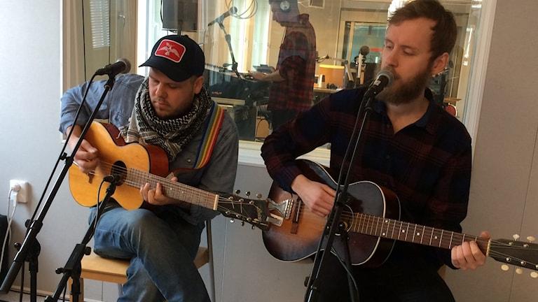 Josef Eriksson och John Andersson i Northern Indians spelar live i P4-studion.