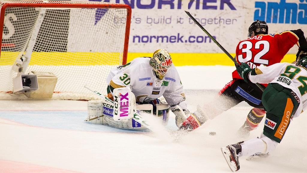 Luleå Hockeys Ilari Melart gör mål på Färjestads målvakt Lars Haugen.