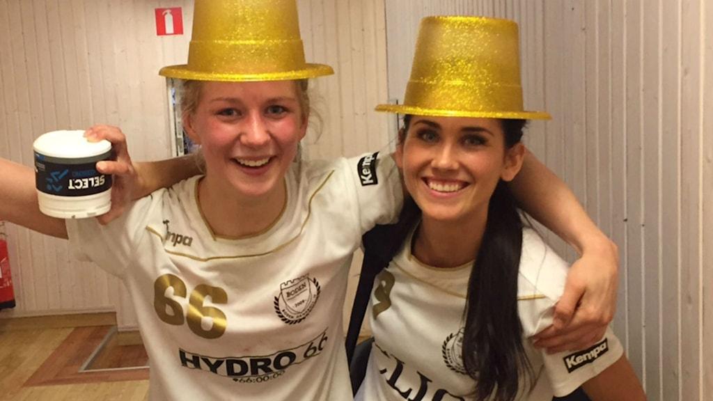 Boden Handbolls Sara Nordström och Hanna Hansson efter elitserieavancemanget.