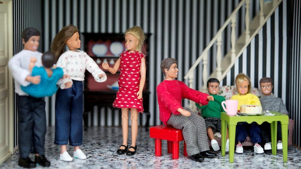 Dockor som föreställer en stor familj med flera föräldrar och många barn.