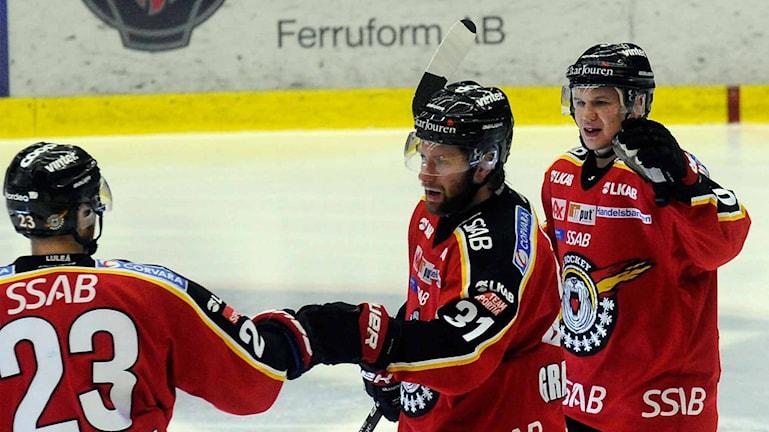 Luleå Hockeys Jonathan Granström gratuleras efter mål mot Frölunda.