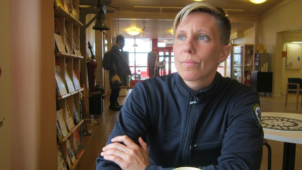 kvinnlig motorcyklist, entré Bodens brandstation. Foto: Beatrice Karlsson/Sveriges Radio.