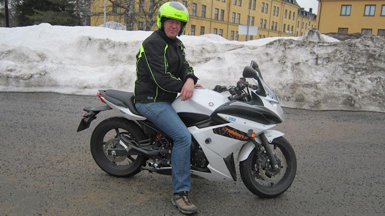 motorcykel, körskollärare, utemiljö. Foto: Beatrice Karlsson/Sveriges Radio.