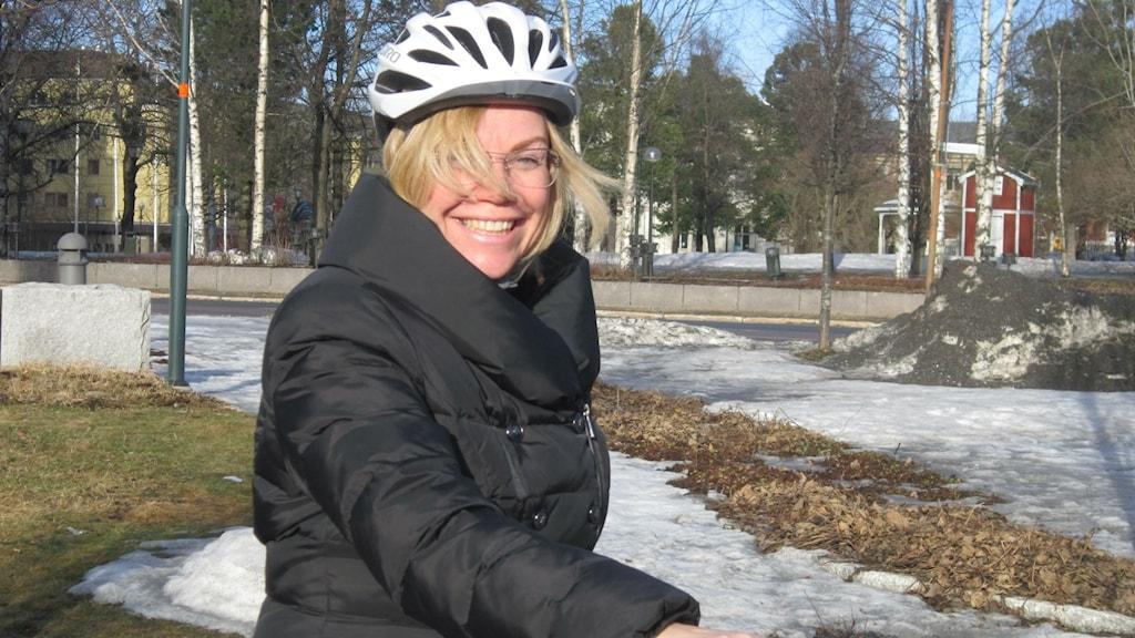 Lenita Ericson, cykelhjälm, vår, snö, utemiljö. Foto: Beatrice Karlsson/Sveriges Radio.