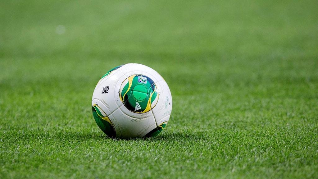 En fotboll på konstgräsplan. Foto: Christine Olsson/TT