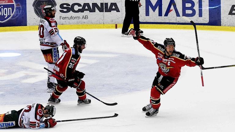 Kapten Johan Harju jublar efter segern mot Frölunda i semifinal fyra.
