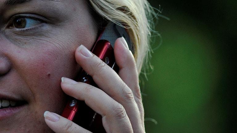 Kvinna pratar i mobiltelefon. Foto: Hasse Holmberg/TT