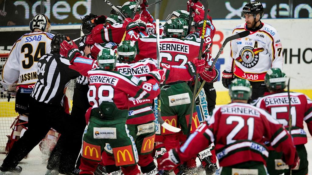 Frölunda jublar efter mål mot Luleå Hockey.